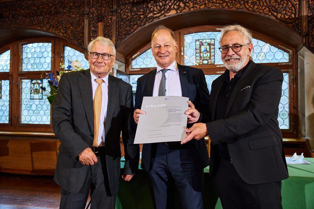 Prof. Dr. Jean Guinand, Präsident des Stiftungsrates, Fritz Lötscher, Präsident «UNESCO Biosphäre Entlebuch», und Theo Schnider, Direktor «UNESCO Biosphäre Entlebuch» (Preisträger 2021) (Foto: Stefano Schröter)